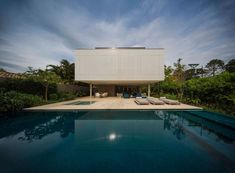 Magnificent Concrete Retreat in Brazil Sao Paulo-based architecture studio is behind the construction of the paradisiac villa Casa Branca which design is inspired by Brazilian modernism. Built with wood concrete and white aluminium the villa is resi Swimming Pool Designs, Swimming Pools, Instagram Deco, Beautiful Interiors, Beautiful Homes, Studio Mk27, Contemporary Bedroom Decor, Contemporary Style, Sweet Home