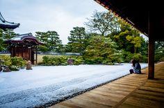 snowy zen garden and smartphone (Kennin-ji temple, Kyoto) | by Marser
