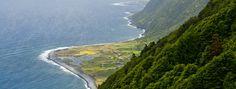 Islas Azores, paz sobre el volcán| via LaVanguardia | 11/07/2014 Situadas en mitad del océano Atlántico, en el punto de encuentro de tres placas tectónicas..., las islas Azores son las cimas y las laderas de una serie de volcanes que emergen del fondo del océano. Esta realidad geológica condiciona totalmente el paisaje. #Portugal
