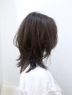 ミディアム☆ウルフカット おしゃれな人に人気のウルフスタイル☆ウルフスタイルは自然なくびれができるので肩ではねやすい長さにもぴったりです。 Medium Hair Styles, Curly Hair Styles, Haircuts Straight Hair, Asian Short Hair, Japanese Short Hair, Edgy Short Hair, Girl Short Hair, Hair Color Streaks, Mullet Hairstyle
