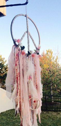 superbe capteur de rêve, symbolisant la paix, magnifique décoration dans l'esprit bohème, fleurs et bandes de tissu