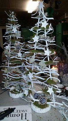 Witte kerstboompjes gemaakt op workshop decoratiettakken
