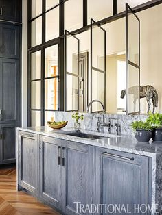 Windows act as architectural element and separate kitchen from other spaces Smart Kitchen Dressed in Stylish Neutrals Smart Kitchen, Kitchen Post, Kitchen And Bath, Kitchen Ideas, Restaurant Banquette, Kitchen Trends 2018, Latest Kitchen Trends, Grey Kitchens, Cool Kitchens