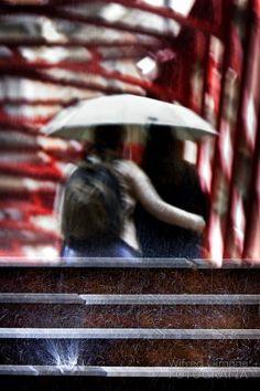 Fotografías para decorar.. Paseando con lluvia de Wifred Llimona. http://www.lallimona.com/foto/estilo-de-vida/