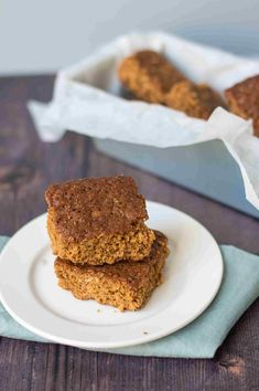 This easy to make traditional Yorkshire parkin recipe is the stuff of winter nights and bonfires but can be enjoyed year-round. English Cake Recipe, Pudding Recipes, Cake Recipes, Parkin Recipes, Yorkshire Parkin, Blondie Brownies, Blondies, Toffee, Cooking Recipes