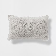 Stay up to date with cushions and decorative pillows from the new Zara Home collection. Floral, gray, white, golden or blue throw pillows and cushion covers. Crochet Pillow Pattern, Crochet Cushions, Crochet Patterns, Zara Home, Filet Crochet, Knit Crochet, Crochet Decoration, Crochet Home, Crochet Projects