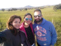 Carolina, Nieves y Javier desde la dehesa de Abertura