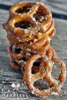 Garlic-Parmesan Pretzels From My Fearless Kitchen. Need A Fast Snack That's Easy To Make And That Tastes Good? Attempt This Recipe For Garlic-Parmesan Pretzels. Just 4 Ingredients And 6 Minutes To Snack Time Snacks For Work, Quick Snacks, Yummy Snacks, Yummy Food, Diet Snacks, Easy Snacks For Party, Tasty, Healthy Salty Snacks, Nutritious Snacks