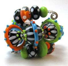 lots of pics of great lampwork beads - beautiful colors