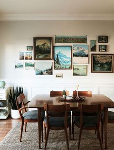 How to Hang Unframed Art A more casual look for your flea market market finds, hanging unframed art can be done with clips, plate hangers, tape, or even nails—here's how. My Living Room, Home And Living, Living Spaces, Modern Living, Home And Deco, Cozy House, Home Decor Inspiration, Room Decorations, Dining Table