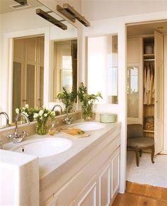 Baño con doble lavamanos y vestidor al fondo