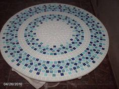 Tampo em mosaico com detalhes em azul.  Fazemos sob encomenda.