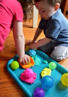 TERAPIA OCUPACIONAL INFANTIL JOHANNA MELO FRANCO: Brincar com massinha de modelar e bolas texturizadas