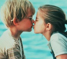Best friends Thomas (Macaulay Culkin) and Vada (Anna Chlumsky) share their first kiss by the water. Sad Movies, Iconic Movies, Movies To Watch, Movie Tv, Leonardo Dicaprio En Titanic, Anna Chlumsky, First Kiss Stories, First Kiss Movie, Best Movie Couples