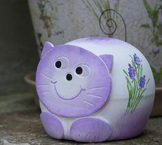 Kasička kočka Rock Painting, Piggy Bank, Painted Rocks, Cute, Pottery, Fimo, Money Box, Stone Painting, Kawaii