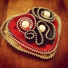 Spilla cuore con cerniere e perle handmade
