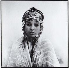 El soldado y fotógrafo francés Marc Garanger fue el encargado de hacer las fotos de identificación de dos mil mujeres argelinas en 1960, durante la guerra anticolinialista del país contra Francia. Las fotos de las mujeres, obligadas a quitarse el velo, son una colección de miradas de protesta.