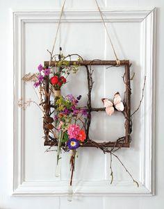 Was für ein schöner Anblick! Mit diesem filigranen Arrangement aus Ästen, Zweigen und zarten Blüten kannst du den Blick auch drinnen schweifen lassen und den Fühling herbeiträumen. Je nach Jahreszeit lässt sich das Astfenster umdekorieren - ganz wie du willst! Unsere Anleitung mit ausführlicher Materialliste erklärt dir Schritt für Schritt, wie's gemacht wird.
