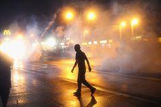 Pin for Later: Les Emeutes à Ferguson en 21 Images  Du gaz lacrymogène a envahi les rues alors que les habitants n'ont pas respecté le couvre-feu imposé.