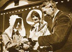 1938: die jaar was van die Simboliese Ossewatrek, een van die grootste gebeurtenisse in die Afrikaner-geskiedenis. Nege waens, elkeen met sy eie naam, het deelgeneem aan die trek, wat in Augustus '38 in Kaapstad begin en op 16 Desember in Pretoria met die hoeksteenlegging van die Voortrekkermonument geëindig het. Family Research, Lest We Forget, Family Crest, My Land, African History, Cute Images, Country Of Origin, Genealogy, Trek