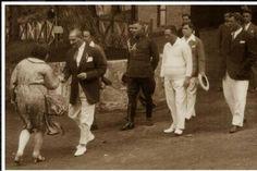 Çok nadir fotoğraflardan biri. Ermeni asıllı vatandaşlarda çok güzel Atatürk fotoğrafları olduğu biliniyor. onlardan biride bu fotoğraf