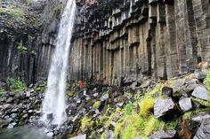 Známy ako â € œBlack Falls, â € ?? Svartifoss je lemovaný tmavými stĺpmi lávy. Stĺpce vytvorené vnútri pomalé chladenie lávový prúd, čo umožňuje tento prírodný, jedinečnej krásy. Svartifoss je v Iceland € ™ s národnom parku Skaftafell.