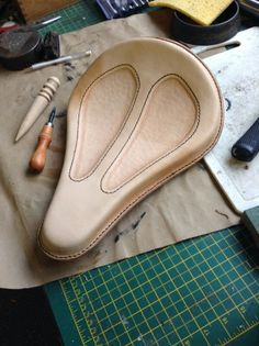 Седло Motorcycle Seats, Motorcycle Leather, Saddle Leather, Leather Tooling, Bike Seat Cover, Seat Covers, Bobber Seat, Bicycle Engine, Car Upholstery
