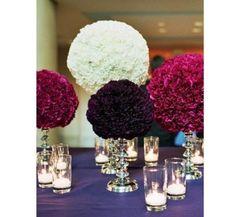 Uma mesa feita com cravos em tons de rosa e roxo e branco para balacear!