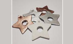 Pynt dine gaver med hjemmelavet lerfigurer.Jeg har malet nogle af dem i metalliske farver, men synes også at de er rigtig fine som rå ler udstikninger. Disse kan også bruges som til og fra kort. J...