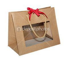 bolsa de regalo de papel Kraft con una ventana transparente con un lazo rojo sobre fondo blanco con cuerda maneja 001 — Imagen de stock #37038531 Cupcake Packaging, Packaging Design, Ramadan Gifts, Paper Gift Bags, Paper Source, Hampers, Diy And Crafts, Gift Wrapping, Creative