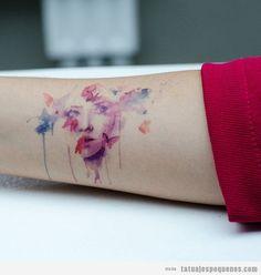 Tatuaje pequeño chica en el brazo, efecto acuarela