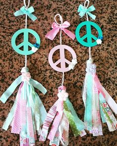 souvenirs colgante símbolo de la paz Summer Crafts, Diy And Crafts, Crafts For Kids, Peace Sign Party, Laura Lee, Hippie Party, How To Make Tassels, Baby Shower, Ideas Para Fiestas