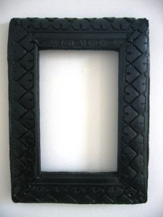 Car tyre repurposed as a photoframe. Would be great for an outdoor plant feature or with a garden mirror.  #recycledtyre
