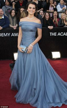<3 Penelope Cruz - just stunning in the Armani Prive gown at the 2012 Oscars.