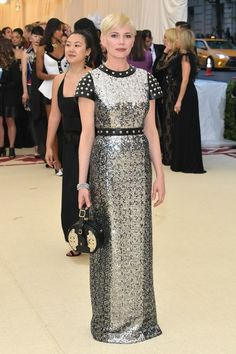 Michelle Williams attends the Heavenly Bodies: Fashion & The Catholic Imagination Costume Institute Gala at The Metropolitan Museum of Art on May 2018 in New York City. Get premium, high resolution news photos at Getty Images Michelle Williams, Elisabeth Moss, Celebrity Outfits, Celebrity Style, Rihanna, Met Gala Outfits, Met Gala Red Carpet, Vogue, Costume Institute