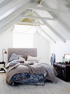 Love linen.  The white, blue and linen blends so beautifully!