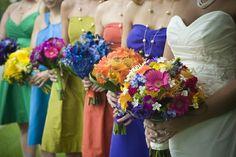 Habillez vos demoiselles d'honneur avec des couleurs différentes pour un mariage sur le thème de l'arc-en-ciel