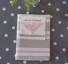 """Cahier de recettes shabby et son protège cahier en coton rouge/taupe/écru/étiquette """"Recettes de famille"""" : Cuisine et service de table par rouge-lin-et-bois"""