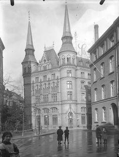 """""""d'r Kamelledom"""", damaliger Unternehmenssitz von Stollwerk im Severinsviertel Köln. Art Nouveau Architecture, Architecture Old, Germany And Prussia, Eifel, Old Buildings, Krakow, Dresden, Atlantis, Cologne"""