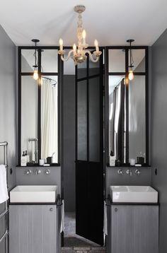Salle de bains grise ultra chic agrémentée d'une verrière