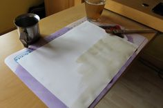 Con del Tè o del caffè, fino a farlo diventare completamente giallo/marroncino (Effetto invecchiato)