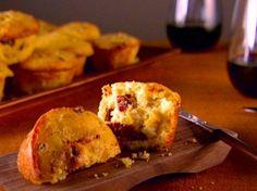 Ricetta per preparare dei piccoli muffin piacevolmente aromatizzati dal curry e da altre spezie e arricchiti dal pomodoro, perfetti per accompagnare l'aperitivo