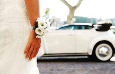 Prospettive. Volkswagen Maggiolino Bianco, interni neri. Classico e intramontabile. Per un matrimonio elegante e simpatico.