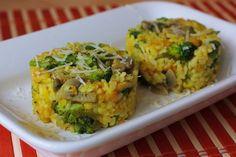 Pridáme kurkumu, himalájsku soľ, ryžu, dolejeme vriacou vodou z kanvice (cca 1-2 cm nad povrch zmesi) prikryjeme pokrievkou a na najmenšom ohni dusíme cca 10-12 min, resp. dokým sa nám nevyparí voda a ryža je vláčna. Ak je ryža tvrdá dolejem ešte trošku vody. Ak je ryža hotová a nemali sme čerstvé struky hrášku, teraz je ten správny čas prisypať mrazený spolu s brokolicou. Zamiešame, prikryjeme pokrievkou a dusíme cca 1 minutu. Vypneme, vhodíme plátok masla a necháme dôjsť pod pokrievkou… Guacamole, Mexican, Diet, Vegan, Ethnic Recipes, Food, Turmeric, Per Diem, Meal