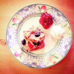 Beerenscone mit Kokossahne und Erdbeermarmelade