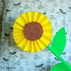 Do you look for the easy fall paper crafts for kids this year? Actually, the fall projects are endless, especially thanks to Thanksgiving and Hallowee. Fall Paper Crafts, Fall Crafts For Kids, Toddler Crafts, Preschool Crafts, Paper Crafting, Art For Kids, Diy Paper, Kids Crafts, Sunflower Crafts
