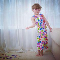 Cette adorable petite fille de 4 ans conçoit des robes en papier dignes des plus grands stylistes