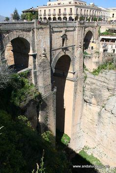 #Málaga #Ronda - Puente Nuevo GPS36.7409, -5.16603 El monumento más emblemático de la ciudad malagueña de Ronda y fue construido entre 1759 y 1793. Une las zonas histórica y moderna de la ciudad salvando el Tajo de Ronda, una garganta de más de 100 metros de profundidad excavada por el río Guadalevín.