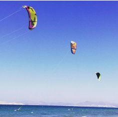Heute werden wir einen Drachen entlang des #marmaribeach fliegen, wie es die Tradition des ersten Fastenzeitalters vorschreibt. #begleitenSieuns 🪁 Today we will go fly a kite along #marmaribeach, as is dictated by tradition for the First Day of Lent. #joinus #kos #greece #caraviabeach  📷oil.lionel Community Activities, Flyer, Beach Hotels, Kos, Bungalow, Awards, Environment, Outdoor Decor, Bows