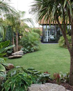 Tropischer Garten Mt Eden New Zealand. Designer: Xanthe White Jardim tropical do Monte Eden Nova Zelândia. Tropical Backyard Landscaping, Tropical Garden Design, Large Backyard, Landscaping With Rocks, Front Yard Landscaping, Landscaping Ideas, Tropical Gardens, Tropical Plants, Tropical Patio